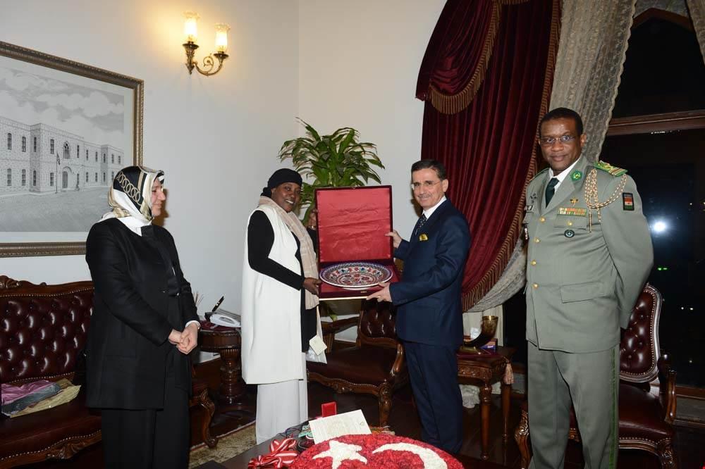 L'ambassadeur du Niger à Ankara, Salou Adama Gazibo, a rendu visite au gouverneur d'Ankara, M. Ercan Topaca, à son bureau le mardi 5 décembre à 17 heures.